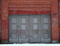 Старые закрытые деревянные двери стоковая фотография rf