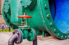 Старые запорные заслонки, трубопровод воды, цепь жары стоковое фото rf