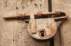 Старые заржаветые болт и Padlock на деревянной двери Стоковые Изображения RF
