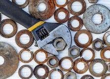 Старые, заржаветые болты ключей и чокнутое положение квартиры Стоковое фото RF