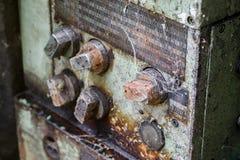 Старые заржаветые управляющие элементы с грязью и сетью паука стоковые изображения rf
