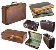Старые затрапезные винтажные чемоданы и книга изолированные на белой предпосылке r стоковые изображения