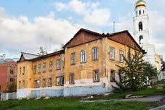 Старые затрапезные здания в центре самары бывшего Куйбышев Стоковые Фотографии RF