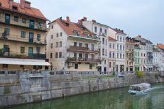 Старые здания вдоль банка реки Любляны в старой Любляне в Словении Стоковые Фото