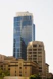 Старые здания офиса и кондо с голубой башней Стоковые Фото