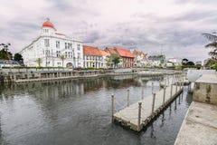 Старые здания сбоку реки Kali Besar с облачным небом на предпосылке, старой зоной туризма города/Kawasan Wisata Kota Tua стоковые изображения