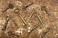 Старые золотистые ключи над предпосылкой бумаги год сбора винограда Стоковое Фото