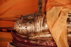 Старые золотые руки скульптуры Будды на Wat Phra Mahathat Nakhon Si Стоковые Фотографии RF