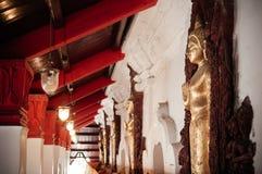 Старые золотые скульптуры Будды вдоль коридора на Wat Phra Maha Стоковая Фотография RF