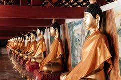 Старые золотые скульптуры Будды вдоль коридора на Wat Phra Maha Стоковая Фотография