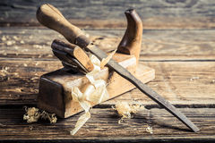 Старые зубило и planer в мастерской плотничества стоковые изображения