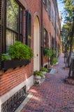 Старые здания вдоль дезертированного тротуара кирпича стоковые изображения rf