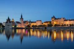 Старые здания в Праге на ноче Стоковое фото RF