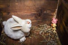 Старые игрушки - кролик, собака и свинья в деревянном комоде Стоковая Фотография RF