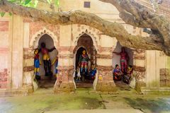 Старые индусские виски терракоты поклонения Бенгалии с экземпляром стоковое фото