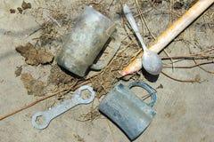 Старые инструменты выведенные позади стоковые фото