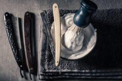 Старые инструменты для бритья с серыми мылом, бритвой и щеткой Стоковое Фото