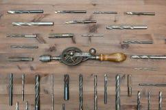 Старые инструменты деятельности Сверло руки с сверлами дальше Стоковое Фото