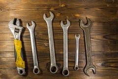 Старые инструменты ключа на деревянной предпосылке Стоковая Фотография