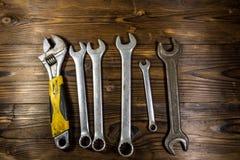Старые инструменты ключа на деревянной предпосылке Стоковые Изображения