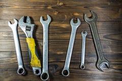 Старые инструменты ключа на деревянной предпосылке Стоковые Изображения RF