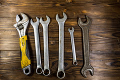 Старые инструменты ключа на деревянной предпосылке Стоковые Фото