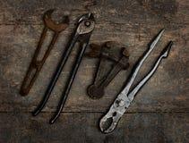 Старые инструменты на деревянной скамье Стоковые Фотографии RF