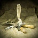 Старые инструменты на hessian стоковые фотографии rf