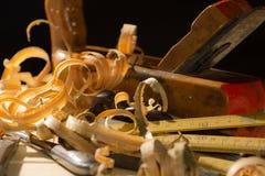 Старые инструменты работ по дереву: деревянный planer, молоток, зубило в carpentr Стоковое Изображение