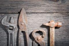 Старые инструменты locksmith на сером цвете и треснутой деревянной предпосылке Стоковое фото RF
