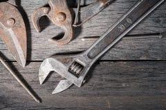 Старые инструменты locksmith на сером цвете и треснутой деревянной предпосылке Стоковая Фотография