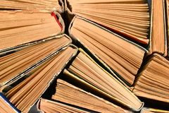 Старые используемые затрапезные книги с крышкой картона, взгляд сверху стоковые фотографии rf