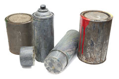 Старые используемые баллончики и ведро краски Стоковые Изображения