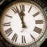 Старые исторические часы, руки чего на незадолго до этого 12 Стоковое Изображение