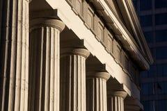 Старые исторические штендеры круглых столбцов здания суда капитолия архитектуры стоковое изображение rf