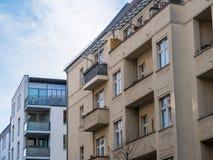 Старые и новые жилые дома с голубым небом Стоковые Фото