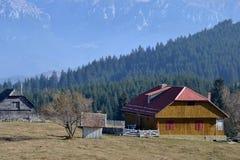 Старые и новые дома в горах Стоковое Изображение RF