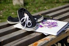 Старые идущие ботинки, тетрадь, smartphone и наушники на быть Стоковое Изображение
