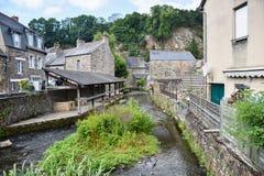 Старые каменные дома и река в Fougeres, Франции, Европе стоковые фото
