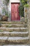 Старые каменные лестницы с входной дверью Стоковые Изображения