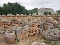 Старые каменные стены и объекты в minorca trepuco с talayot и приложение в расстоянии стоковое фото