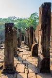 Старые каменные штендеры, прошлый Angkor Thom стоковое изображение