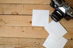 Старые камера и белые бумаги стоковые изображения