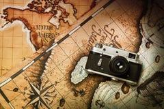 Старые камера и карта стоковое фото rf