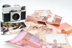 Старые камера и семейные фото стоковые изображения