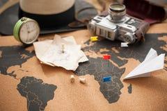 Старые камера и трасса планируют на карте, винтажном фото Перемещение и праздники скопируйте космос стоковое фото rf