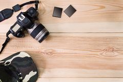 Старые камера, карта памяти и крышка grunge на предпосылке винтажного grunge деревянной стоковое фото rf