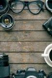 Старые камеры и объектив на деревянном столе, взгляд сверху Стоковое Фото