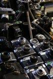 Старые камеры на фильме - благотворительном базаре антиквариата фотографии стоковое изображение