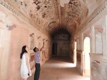 Старые картины внутри виска Lakshmi Narayan, Orchha, Madhya Pradesh, Индии стоковая фотография rf